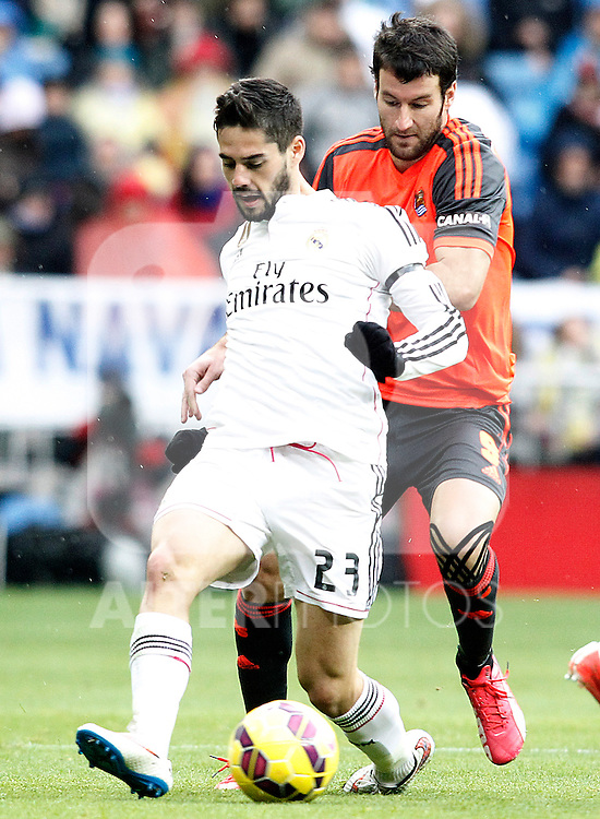 Real Madrid's Isco (l) and Real Sociedad's Imanol Agirretxe during La Liga match.January 31,2015. (ALTERPHOTOS/Acero)