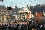 In piazza Vittorio in attesa del passaggio della fiaccola olimpica di Torino 2006.  Waiting the olympic torch of Torino 2006 in Piazza Vittorio.