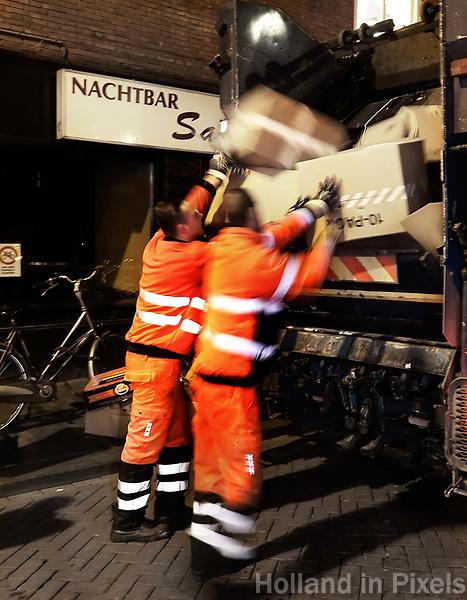 Nederland - Amsterdam -  2018. Vuilnismannen aan het werk in de Warmoesstraat. Foto mag niet in negatieve context worden gepubliceerd.   Foto Berlinda van Dam / Hollandse Hoogte