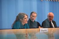 """Pressekonferenz des Buendnis #unteilbar am Mittwoch den 10. Oktober 2018 in Berlin zur geplanten Grossdemonstration """"#unteilbar - Fuer eine offene und freie Gesellschaft - Solidaritaet statt Ausgrenzung"""", die am Samstag den 13. Oktober 2018 in Berlin stattfinden soll.<br /> Die Organisatoren, unter ihnen viele Prominente wie Starkoechin Sarah Wiener, der Paritaetische Wohlfahrtsverband, Amnesty International oder der Zentralrat der Muslime wollen nicht zulassen, dass Sozialstaat, Flucht und Migration gegeneinander ausgespielt werden. """"Wir halten dagegen, wenn Grund- und Freiheitsrechte weiter eingeschraenkt werden sollen"""".<br /> Die Organisatoren erwarten bis zu 40.000 Menschen zu der Demonstration.<br /> An der Pressekonferenz nahmen teil:<br /> Prof. Dr. Naika Fortoutan, Direktorin des Berliner Instituts fuer empirische Integrations- und Migrationsforschung; Dr. Ulrich Schneider, Hauptgeschaeftsfuehrer des Paritaetischen Gesamtverband (rechts); Benno Fuermann, Schauspieler (mitte) und Anna Spangenberg, Pressesprecherin von #unteilbar (links).<br /> 10.10.2018, Berlin<br /> Copyright: Christian-Ditsch.de<br /> [Inhaltsveraendernde Manipulation des Fotos nur nach ausdruecklicher Genehmigung des Fotografen. Vereinbarungen ueber Abtretung von Persoenlichkeitsrechten/Model Release der abgebildeten Person/Personen liegen nicht vor. NO MODEL RELEASE! Nur fuer Redaktionelle Zwecke. Don't publish without copyright Christian-Ditsch.de, Veroeffentlichung nur mit Fotografennennung, sowie gegen Honorar, MwSt. und Beleg. Konto: I N G - D i B a, IBAN DE58500105175400192269, BIC INGDDEFFXXX, Kontakt: post@christian-ditsch.de<br /> Bei der Bearbeitung der Dateiinformationen darf die Urheberkennzeichnung in den EXIF- und  IPTC-Daten nicht entfernt werden, diese sind in digitalen Medien nach §95c UrhG rechtlich geschuetzt. Der Urhebervermerk wird gemaess §13 UrhG verlangt.]"""