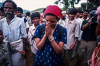INDIA, state Madhya Pradesh, Narmada river and dams, tribal village Domkhedi, rally with writer Arundhati Roy and Adivasi against big dams / INDIEN, Narmada Fluss und Staudaemme, Dorf Domkhedi, Demonstration von Arundhati Roy und Adivasi gegen Staudaemme