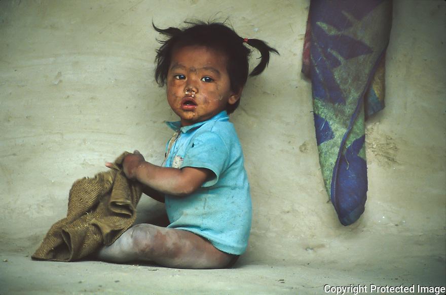 Unge med hÂnkle i fjellene i Nepal, fattig barn