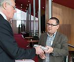 UTRECHT - KNHB Hockeycongres 2016. Ton Speet van Ten Have Change Management verlengt het contact met de KNHB. links Haro Valkenburg (KNHB) Foto Koen Suyk.