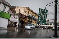 SÃO PAULO,SP,18 FEVEREIRO 2013 -  CHUVA ZONA LESTE  - A forte chuva que caiu na tarde de hoje derrubou aarvores e placas de sinalizações na Rua Antonio Marques Juliao no pq São Lucas na zona leste.FOTO ALE VIANNA - BRAZIL PHOTO PRESS.