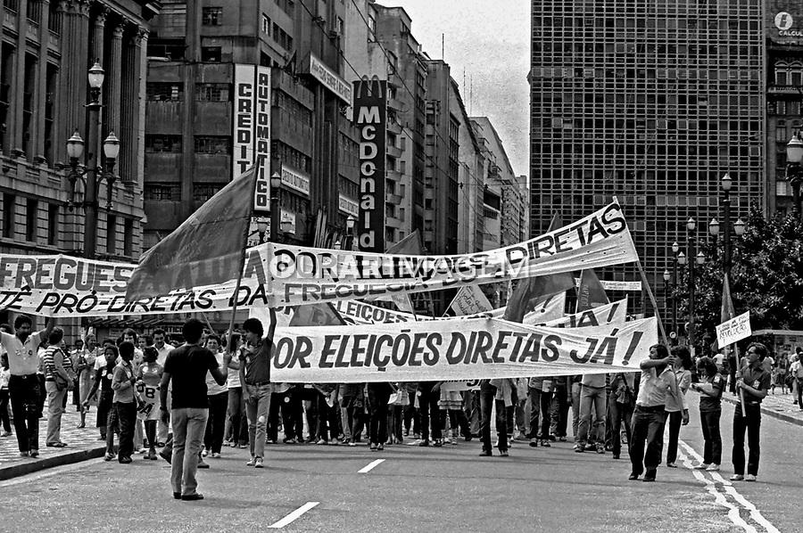 Passeata da campanha por eleições Diretas Já. Viaduto do Chá. SP. 1984. Foto de Juca Martins.