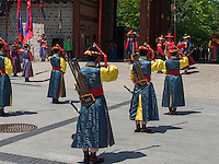 Wachablösung in tradionellen Uniformen am Daehanmun Tor zum Palast Deoksugung in Seoul, Südkorea, Asien<br /> Changing of the guard in traditional Uniforms at Daehanmun gate of palace Deoksugung, Seoul, South Korea, Asia