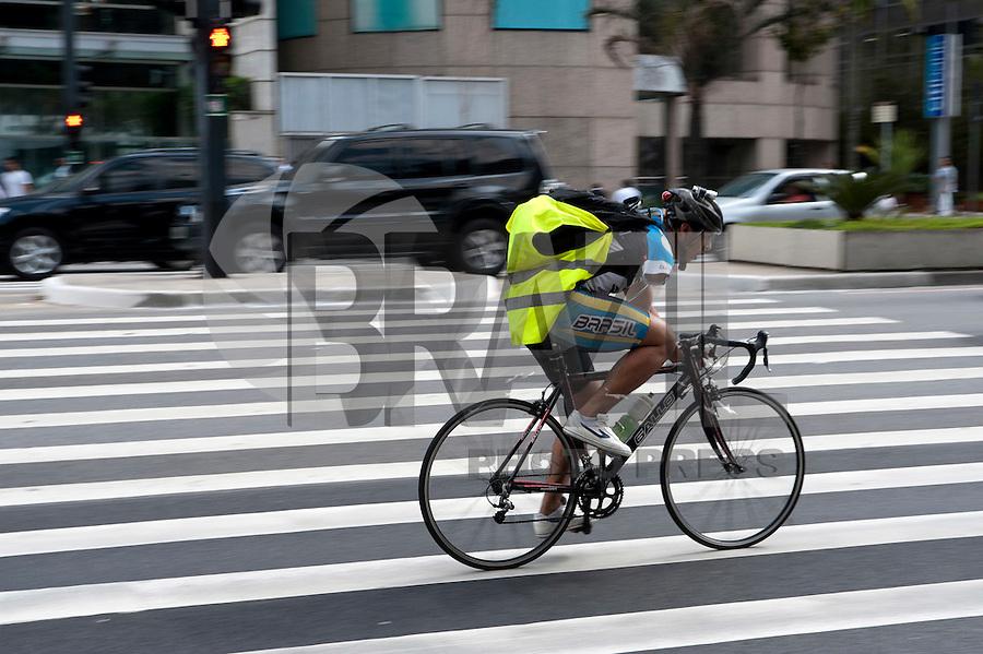 SAO PAULO, SP, 22.09.2014 -  Ciclistas pela avenida Paulista, no Dia Mundial Sem Carros e que usam a bicicleta como meio de transporte. Na tarde dessa segunda-Feira, 22 (Foto:Gabriel Soares/Brazil Photo Press)