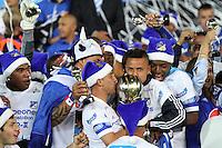 BOGOTA-COLOMBIA-16-12-2012. Jugadores de Millonarios celebran la 14ava estrella, en el estadio El Campin de Bogotá, Colombia, diciembre 16 de 2012. (Foto: VizzorImage/Felipe Caicedo) Players of Millonarios celebrate the 14th Championship  at Campin Stadium, Bogota,Colombia, on December 16, 2012. (Phto: VizzorImage/Felipe Caicedo