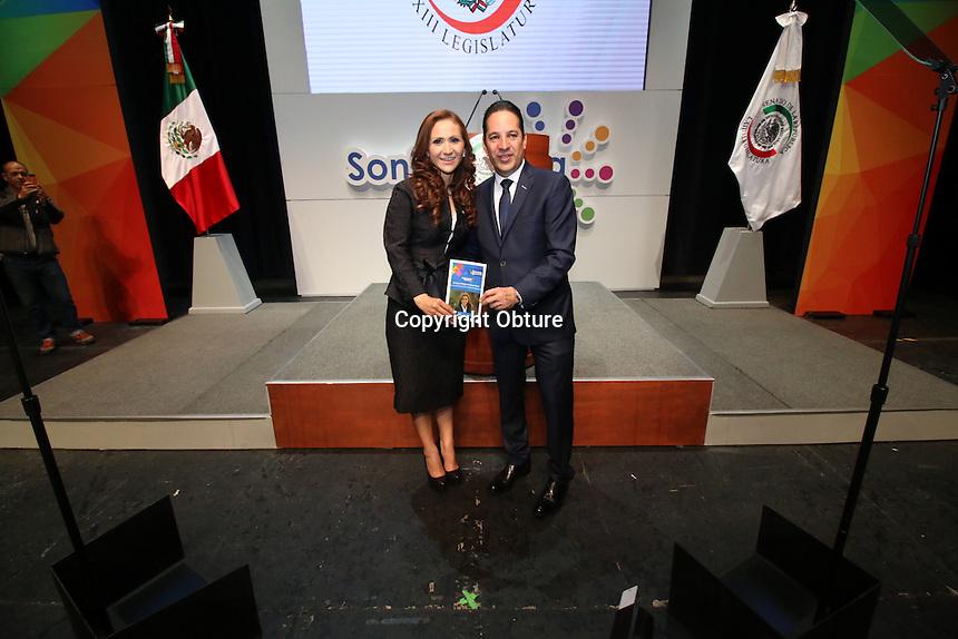 Querétaro, Qro. 22 de agosto de 2016.- La senadora panista por Querétaro, Sonia Rocha, rindió su informe de actividades en presencia de su antesesor en el senado de la república, el ahora gobernador, Francisco Domínguez.