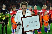GRONINGEN -  Voetbal, Nederland - Noorwegen, Noordlease stadion, WK kwalificatie vrouwen, 24-10-2017,    Dathne Koster  bondsridder