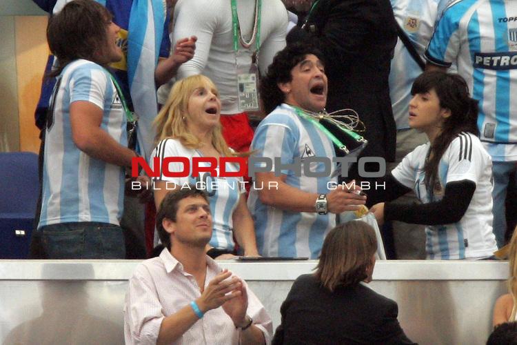 FIFA WM 2006 -  Gruppe C Vorrunde ( Group C )<br /> Play   #21 (16-Jun) - Agrentinien - Serbien / Montenego<br /> <br /> Diego Maradona (Mitte) von Argentinien lebt das Spiel auf der Trib&uuml;ne.<br /> <br /> Foto &copy; nordphoto