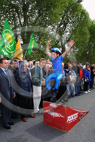 ITALY / NAPOLI 06, MAY 2001--Francesco RUTTELI (3nd L), the left-wing Prim Minister canditate watching a rollerscaters jumping before he started cycling in the centre of Napoli.-- PHOTO: JUHA ROININEN / EUP-IMAGES
