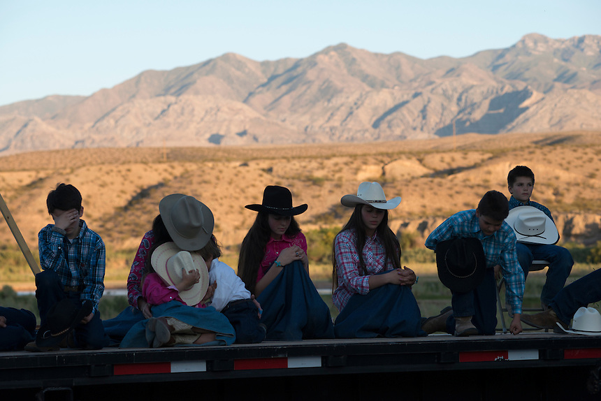 The Sharp Family Singers, who traveled from Kansas to support Cliven Bundy, pray at a prayer gathering near the Cliven Bundy ranch in Bunkerville, Nevada.<br />