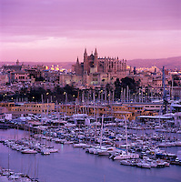 Spain, Balearic Islands, Mallorca, Palma de Mallorca: View over marina/harbour to the floodlit Cathedral (La Seu) at sunset | Spanien, Palma de Mallorca: mit Kathedrale La Seu und Hafen bei Sonnenuntergang