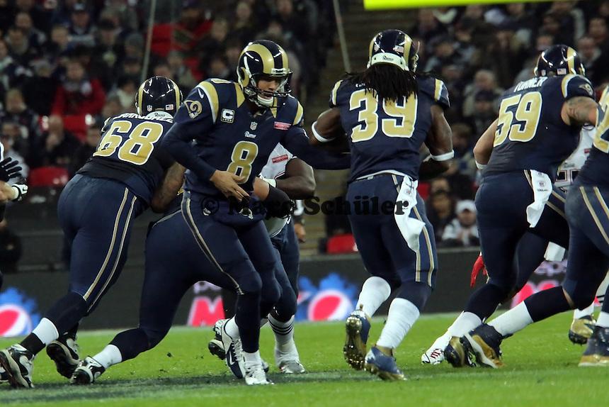 QB Sam Bradford gibt den Ball an RB Stephen Jackson (Rams)