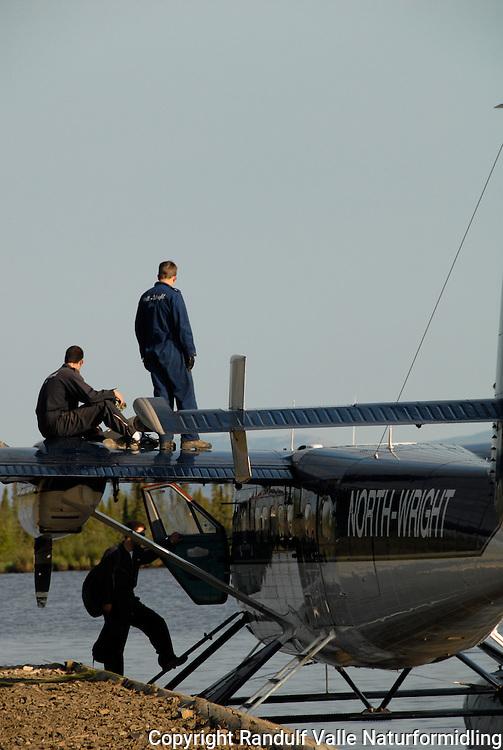 Sjøfly klargjøres. ---- Crew prepares float plane for take off.