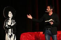 Autor Joe Fischler mit seinem Buch Veilchens Feuer und seiner Protagonistin Valerie Mauser als Pappaufsteller