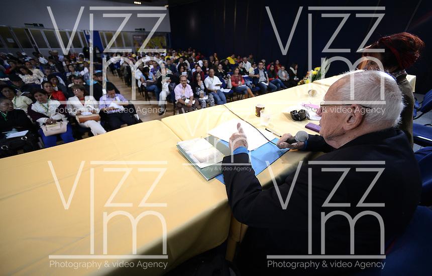 """BOGOTÁ -COLOMBIA. 10-10-2014. Francois Houtart, sociologo, interviene durante el encuentro por la """"Dignidad de las Víctimas del Genocidio contra La UP"""" realizado hoy, 10 de octuber de 2014, en la ciudad de Bogotá./ Francois Houtart, sociologist, in his speech during the meeting for the """"Dignity of Victims of Genocide against The UP"""" took place today, October 10 2014, at Bogota city. Photo: Reiniciar /VizzorImage/ Gabriel Aponte"""