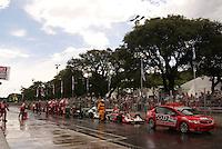 SÃO PAULO, SP, 14 DE MARÇO DE 2010 - SÃO PAULO INDY 300 - Na tarde desta domingo acontece em São Paulo a São Paulo Indy 300, etapa de abertura da temporada 2010 da IZOD IndyCar Series. Na foto corrida é paralizada com bandeira vermelha, previsão de 10 minutos para reiniciar. A São Paulo Indy 300 nas ruas de São Paulo, passando pelo Sambódromo e Marginal do Tietê. (FOTO: WILLIAM VOLCOV / NEWS FREE).