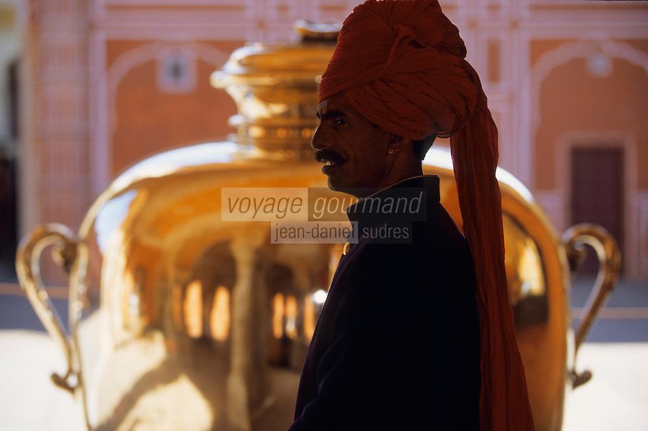 Asie/Inde/Rajasthan/Env de Jaipur/Amber : Palais de la Lune (Chandra Mahal) - Homme en turban et jarre en argent 355kg contenant l'eau du Gange que buvait le Maharadjah