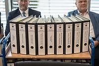 In einer nichtoeffentlichen Sondersitzung des Bundestagsausschuss fuer Verkehr und digitale Infrastruktur, am Mittwoch den 24. Juli 2019, berichtete Bundesverkehrsminister Andreas Scheuer (CSU) dem Ausschuss ueber Vertragsinhalte und moegliche Schadensersatzansprueche im Hinblick auf Kuendigungen von Vertraegen zur Infrastrukturabgabe (MAUT) in Folge des Urteils des Europaeischen Gerichtshofs (EuGH). Das Verkehrsministerium hatte, noch bevor die Einfuehrung der MAUT rechtsgueltig haette werden koenne, millionenschwere Vertraege mit Firmen abgeschlossen.<br /> Im Bild: Ein Rollwagen, auf dem Aktenordner mit den Vertraegen sind.  <br /> 24.7.2019, Berlin<br /> Copyright: Christian-Ditsch.de<br /> [Inhaltsveraendernde Manipulation des Fotos nur nach ausdruecklicher Genehmigung des Fotografen. Vereinbarungen ueber Abtretung von Persoenlichkeitsrechten/Model Release der abgebildeten Person/Personen liegen nicht vor. NO MODEL RELEASE! Nur fuer Redaktionelle Zwecke. Don't publish without copyright Christian-Ditsch.de, Veroeffentlichung nur mit Fotografennennung, sowie gegen Honorar, MwSt. und Beleg. Konto: I N G - D i B a, IBAN DE58500105175400192269, BIC INGDDEFFXXX, Kontakt: post@christian-ditsch.de<br /> Bei der Bearbeitung der Dateiinformationen darf die Urheberkennzeichnung in den EXIF- und  IPTC-Daten nicht entfernt werden, diese sind in digitalen Medien nach §95c UrhG rechtlich geschuetzt. Der Urhebervermerk wird gemaess §13 UrhG verlangt.]