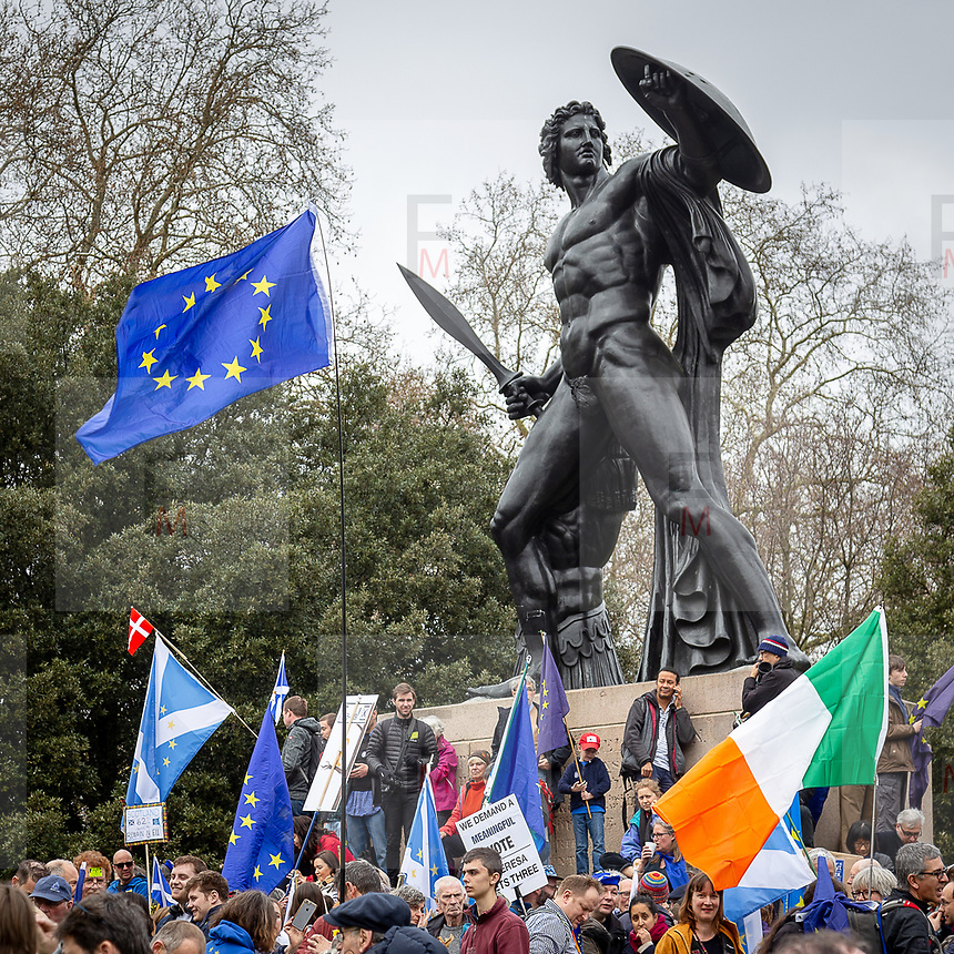 Un milione di persone hanno sfilato per le vie di Londra per protestare contro la Brexit.<br />