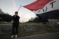 BUENOS AIRES, ARGENTINA, 22 JUNHO 2012 - MANIFESTO FERNANDO LUGO - Centenas de imigrantes paraguaios e diversas organizações sociais entre cuadres eram as Mães da Plaza de Mayo protestaram contra a demissão do presidente paraguaio Lugo. FOTO: JUANI RONCORONI - BRAZIL PHOTO PRESS.