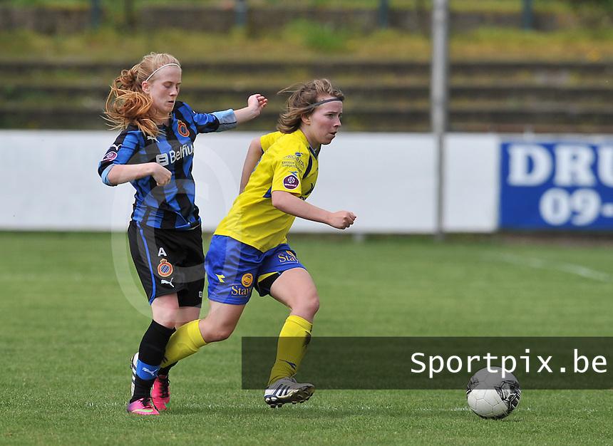 Club Brugge Dames - STVV Sint Truidense VV : Kimberly Verbist aan de bal voor Silke Demeyere (links).foto DAVID CATRY / Nikonpro.be