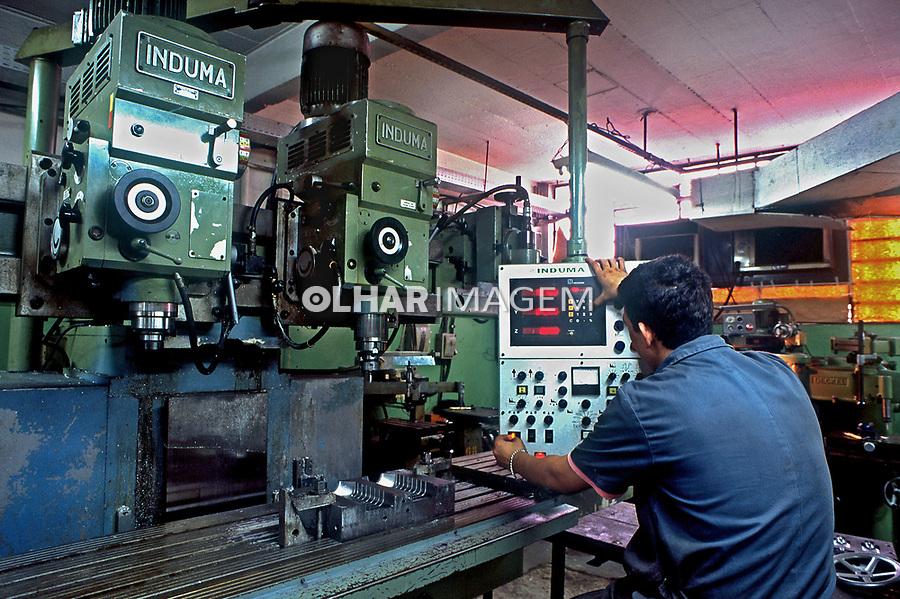 Torno mecânicos em indústria de moldes, São Paulo. 1996. Foto  Juca Martins.