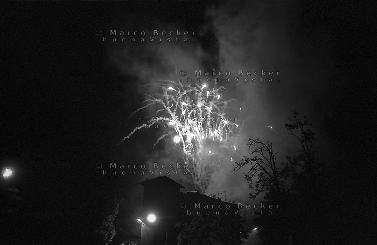 Riola di Vergato (Bologna), Sagra della Sfrappola. Fuochi d'artificio e casa --- Riola di Vergato (Bologna), Sfrappola country festival. Fireworks and a house