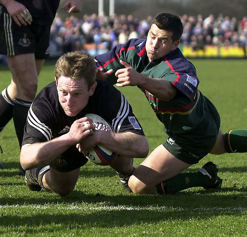 Photo. Jed Wee.Zurich Premiership.Newcastle Falcons vs London Irish.Gary Armstrong scores a try,as Barry Everitt fails to stop him.