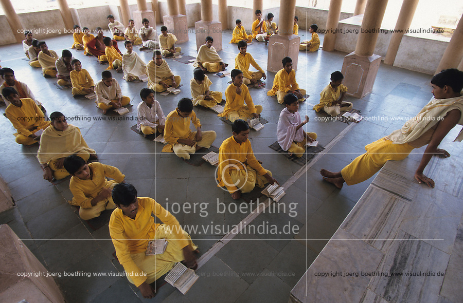 INDIA Madhya Pradesh, Omkareshwar at Narmada River, hinduism, Brahmin school , pupil read in religion book in temple / INDIEN Madhya Pradesh, Omkareshwar, Hinduismus, Brahmanen Schule, Schueler lesen Texte aus Buch im Tempel am heiligen Fluss Narmada