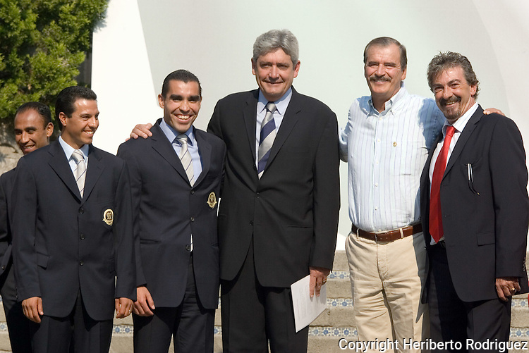 Mexican President Vicente Fox poses with the national soccer team coach Ricardo Lavolpe (R), the president of the National soccer federation Alberto de la Torre (3nd-L) and the referees Armando Archundia (L) and Marco Rodriguez during a ceremony in the official presidential residence Los Pinos, May 9, 2006. Mexico's national team is goint to participate at the 2006 World Cup in Germany. Photo by Heriberto Rodriguez