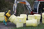 Foto: VidiPhoto<br /> <br /> ARNHEM – Onder toezicht van milieupolitie, Rijkswaterstaat en waterschap worden woensdagmiddag veertig vaten met chemisch afval verwijderd in en bij natuurgebied Meinerswijk in Arnhem-Zuid. Dat gebeurt door een door de politie ingeschakeld gespecialiseerd bedrijf. Het gaat hier om een zeer groot aantal vaten. Volgens een woordvoerder van de politie betreft het hier naar alle waarschijnlijkheid om afval uit een drugslab dat extreem schadelijk is voor het milieu. Daarom wordt er na het verwijderen van de vaten ook bodemonderzoek gedaan. Naar de herkomst van de vaten wordt een nader onderzoek ingesteld. Het chemisch afval is vermoedelijk in de nacht van dinsdag op woensdag gedumpt. De politie vraagt getuigen zich te melden. Het natuurgebied waar het afval is gevonden ligt aan een dijk waarover veel verkeer rijdt, langs de Rijn tussen Arnhem en Driel. In Meinerswijk grazen Konikspaarden en Galloway runderen.