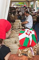 Europe/France/Aquitaine/64/Pyrénées-Atlantiques/Pays-Basque/Mauléon-Licharre: lors de la Fête de l'Espadrille le  15 Aout - démonstration de fabrication d'espadrilles basques