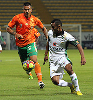 BOGOTA -COLOMBIA- 16-08-2013. Wilson Morelo (Der)  de La Equidad  disputa el balon  contra Humberto Mendoza ( Izq)  del Envigado Futbol Club ,  partido correspondiente a la cuarta fecha de La  Liga Postobonn segundo semestre disputado en el estadio  de Techo /  Wilson Morelo (Right) of the Equity dispute the ball against Humberto Mendoza(Left) of Envigado Futbol Club, game in the fourth round of the second half Postobonn League match at the Stadium Roof<br />  . Photo: VizzorImage /Felipe Caicedo  / STAFF