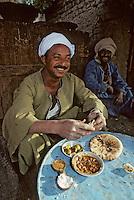 """Afrique/Egypte/Esna: Marchand de """"foul"""" fèves séches bouillie servies chaudes  à l'heure du petit déjeuner dans les souks [Non destiné à un usage publicitaire - Not intended for an advertising use]"""
