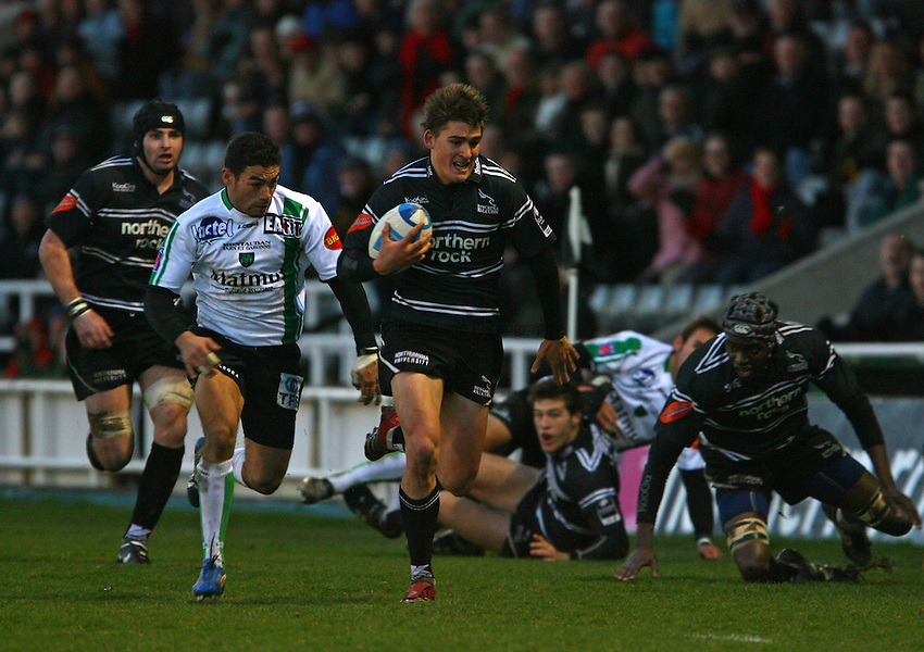 Photo: Andrew Unwin..Newcastle Falcons v Montauban. European Challenge Cup. 17/12/2006..Newcastle Falcons' Toby Flood (C) makes a break.