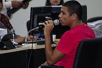 SAO LUIZ,MA, 04.02.2014 - JULGAMENTO DÉCIO SÁ -  SÃO LUIS - SÃO LUIS - MA - Jonathan de Souza Silva (de vermelho), depõe no segundo dia do jugamento do caso do assassinato do jornalista maranhense Décio Sá, morto em 2012, no Fórum Desembargador Sarney, no bairro Calhau, na cidade de São Luis (MA), nesta terça- feira. Jhonatan é acusado de ser o atirador que executou Sá com cinco tiros e . Ele e os demais 12 acusados de envolvimento no assassinato responderão por homicídio e formação de quadrilha. (Foto: Jardiel Carvalho/Brazil Photo Press).