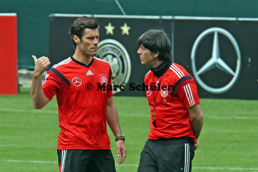 Bundestrainer Joachim Löw mit Fitnesstrainer Shad Forsythe - Training der Deutschen Nationalmannschaft im Rahmen der WM-Vorbereitung in St. Martin