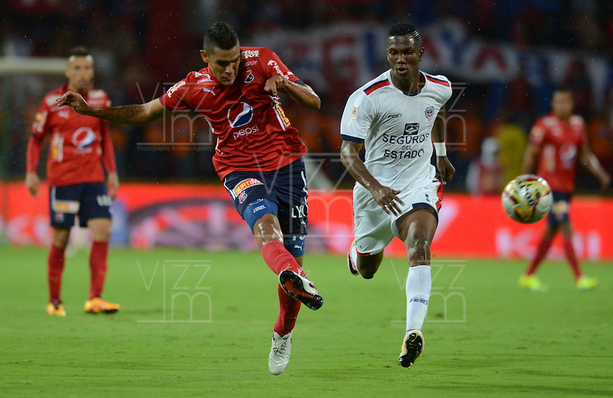 MEDELLÍN -COLOMBIA-1-MAYO-2016.Acción de juego entre el Medellín con  Fortaleza FC  durante partido por la fecha 16 de Liga Águila I 2016 jugado en el estadio Atanasio Girardot ./ Actions game between  Medellin and Fortaleza  FC during the match for the date 16 of the Aguila League I 2016 played at Atanasio Girardot  stadium in Medellin . Photo: VizzorImage / León Monsalve  / Contribuidor