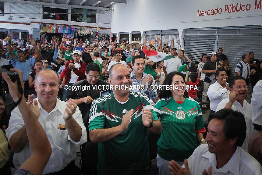 Quer&eacute;taro, Qro. 13 Junio 2014.- El presidente municipal de Quer&eacute;taro, Roberto Loyola Vera y su esposa Lucy Huber, convivieron con ciudadanos y locatarios que asistieron a ver el partido de f&uacute;tbol de la selecci&oacute;n mexicana en la pantalla que fue instalada en la explanada del mercado de Lomas de Casa &nbsp;blanca.&nbsp;<br />  <br /> FOTO: VICTOR PICHARDO / CORTES&Iacute;A / OPA
