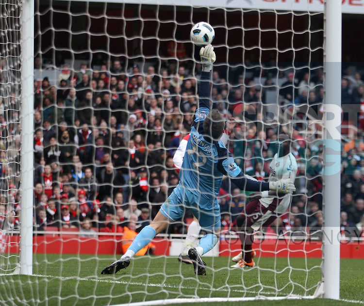 Arsenals Nicklas Bendtner sees his shot saved by Sunderlands Simon Mignolet