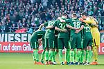15.04.2018, Weser Stadion, Bremen, GER, 1.FBL, Werder Bremen vs RB Leibzig, im Bild<br /> <br /> Spielerkreis - hier Werder Bremen vor dem Spiel <br /> Maximilian Eggestein (Werder Bremen #35)<br /> Yuning Zhang (Werder Bremen #198<br /> Philipp Bargfrede (Werder Bremen #44)<br /> Jiri Pavlenka (Werder Bremen #1)<br /> Thomas Delaney (Werder Bremen #6)<br /> <br /> Foto &copy; nordphoto / Kokenge