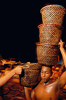 Na feira do açaí, trabalhadores descarregam as centenas de embarcações que chegam durante a madrugada  trazendo o fruto de açaí (euterpe oleracea) para distribuição as milhares de vendas na cidade, ou para exportação.<br /> A feira faz parte , junto com o mercado do Ver o Peso, a maior feira a céu aberto no Brasil. Um dos maiores entreposto comerciais na Amazônia.<br />Belém, Pará, Brasil.<br />Foto Paulo Santos/<br />2005