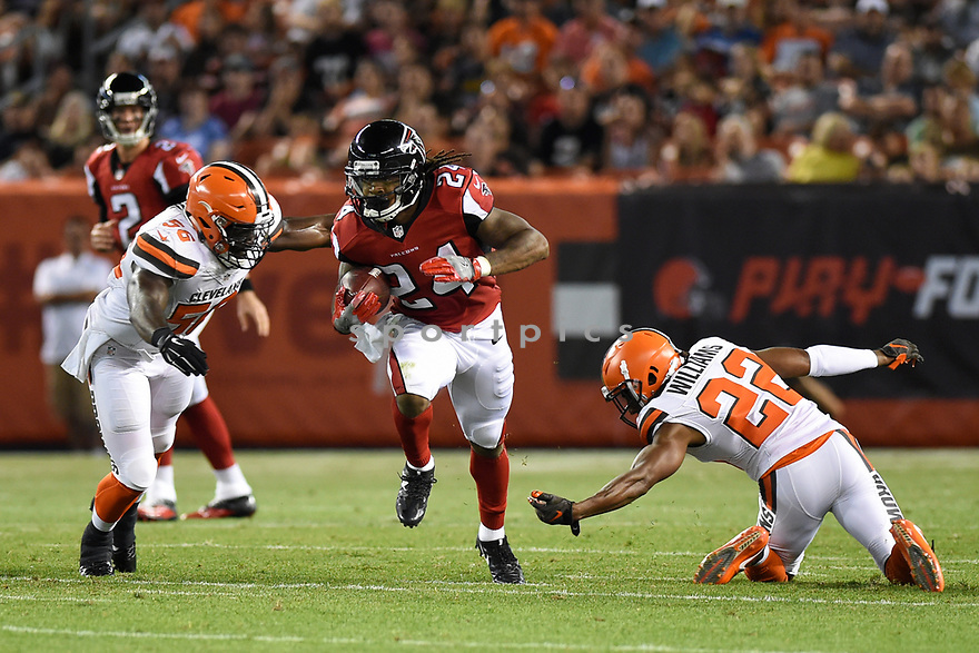 CLEVELAND, OH - AUGUST 18, 2016: Running back Devonta Freeman #24 of the Atlanta Falcons carries the ball downfield in the first quarter of a preseason game on August 18, 2016 against the Cleveland Browns at FirstEnergy Stadium in Cleveland, Ohio. Atlanta won 24-13. (Photo by: 2016 Nick Cammett/Diamond Images) *** Local Caption *** Devonta Freeman