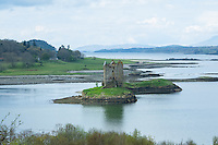 """Die Burg wurde ca. 1320 als kleine Befestigung vom Clan MacDougall, den damaligen Lords of Lorn, errichtet.<br /> Castle Stalker ist nahezu authentisch renoviert und gilt als einer der am besten erhaltenen mittelalterlichen Wohntuerme im Westen von Schottland. Es ist Bestandteil der """"Lynn of Lorn National Scenic Area"""".<br /> Die Niederungsburg steht auf einer kleinen, felsigen Gezeiteninsel im Loch Laich, einer Bucht des Loch Linnhe, etwa auf halbem Weg zwischen Oban und dem Glen Coe in den westlichen schottischen Highlands. Sie ist mit dem Boot, bei Ebbe auch zu Fuss zu erreichen.<br /> Bekannt ist Castle Stalker aus der Schlussszene des Kinofilms """"Die Ritter der Kokosnuss"""" der englischen Komikertruppe Monty Python als Gralsburg """"Schloss von Aaaaaaaargh"""".<br /> 2.5.2008, Oban/Schottland<br /> Copyright: Christian-Ditsch.de<br /> [Inhaltsveraendernde Manipulation des Fotos nur nach ausdruecklicher Genehmigung des Fotografen. Vereinbarungen ueber Abtretung von Persoenlichkeitsrechten/Model Release der abgebildeten Person/Personen liegen nicht vor. NO MODEL RELEASE! Nur fuer Redaktionelle Zwecke. Don't publish without copyright Christian-Ditsch.de, Veroeffentlichung nur mit Fotografennennung, sowie gegen Honorar, MwSt. und Beleg. Konto: I N G - D i B a, IBAN DE58500105175400192269, BIC INGDDEFFXXX, Kontakt: post@christian-ditsch.de<br /> Bei der Bearbeitung der Dateiinformationen darf die Urheberkennzeichnung in den EXIF- und  IPTC-Daten nicht entfernt werden, diese sind in digitalen Medien nach §95c UrhG rechtlich geschuetzt. Der Urhebervermerk wird gemaess §13 UrhG verlangt.]"""