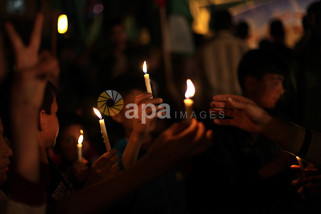 Palestinian children light candles during a rally to show solidarity with Palestinian prisoners inside Israeli jails, in Gaza City April 15, 2013. According to a Palestinian prisoners' association, at least 4900 Palestinians remain in Israeli jails. Photo by Ashraf Amra