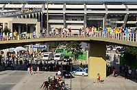 RIO DE JANEIRO, RJ, 02 DE JUNHO DE 2013 -MOVIMENTAÇÃO DE TORCEDORES NO MARACANÃ - JOGO BRASIL X INGLATERRA-  Movimentação de torcedores para a  partida entre Brasil x Inglaterra, na tarde deste domingo, 02 de junho, no Maracanã, zona norte, do Rio de Janeiro.FOTO:MARCELO FONSECA/BRAZIL PHOTO PRESS