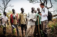 Welt-Korrespondent Christian Putsch diskutiert mit Bewohner aus dem Dorf Zere im Norden der Zentralafrikanischen Republik iAufnahmedattum 11.3.2014